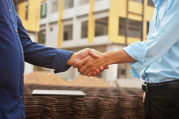 Les gens d'affaires faisant la poignée de main