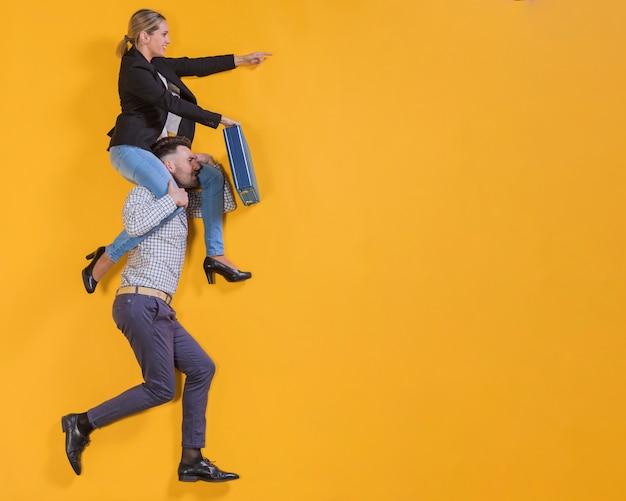 Les gens d'affaires flottant avec une valise