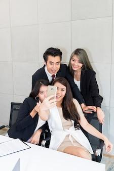 Les gens d'affaires font selfie photo et souriant. entreprise réussie.
