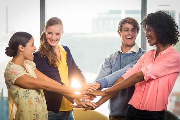 Gens d'affaires formant la pile de mains