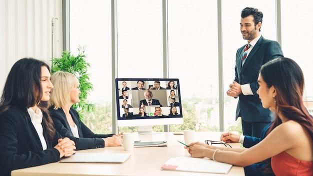 Gens d'affaires de groupe d'appel vidéo réunis sur un lieu de travail virtuel ou un bureau distant