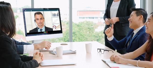 Gens d'affaires de groupe d'appel vidéo se réunissant sur un lieu de travail virtuel ou un bureau distant