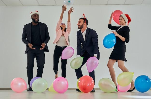 Les gens d'affaires heureux jouant avec des ballons