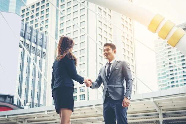 Des gens d'affaires heureux se serrent la main. la réussite des entreprises.