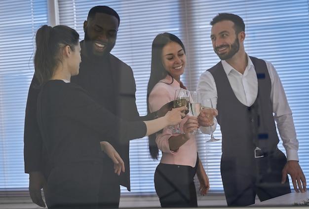 Les gens d'affaires heureux trinquent