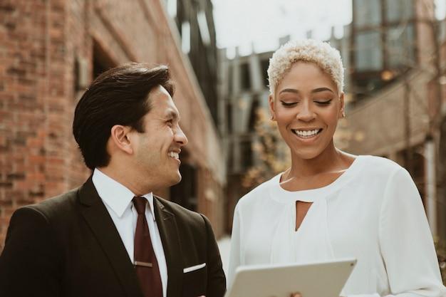 Gens d'affaires heureux utilisant une tablette numérique