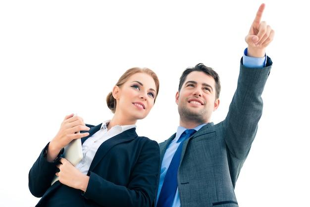 Gens d'affaires ou homme d'affaires et femme d'affaires travaillant en plein air, avec un ordinateur portable ou une tablette