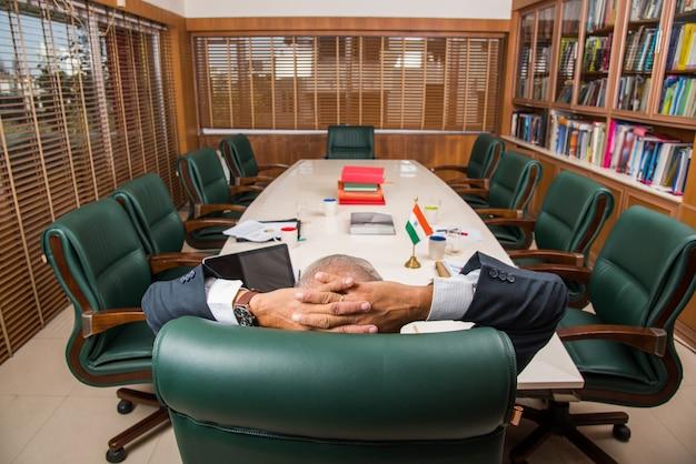 Gens d'affaires indiens asiatiques ou culture d'entreprise et travail au bureau et détente ou pause avec la tête appuyée sur les mains