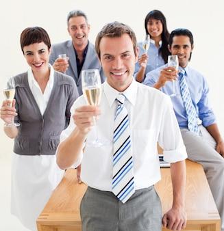 Gens d'affaires internationaux grillage avec champagne