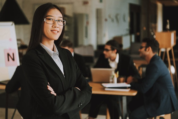 Gens d'affaires interracial lors d'une réunion au bureau