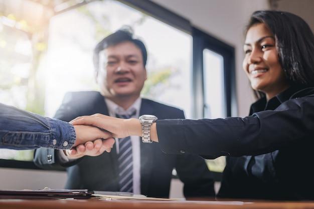 Les gens d'affaires joignent leurs mains. partage puissant en équipe lors de réunions.