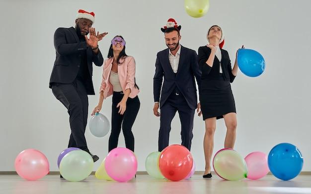 Les gens d'affaires jouant avec des ballons