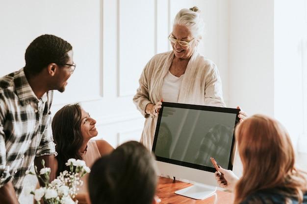 Gens d'affaires lors d'une réunion à l'aide d'un ordinateur
