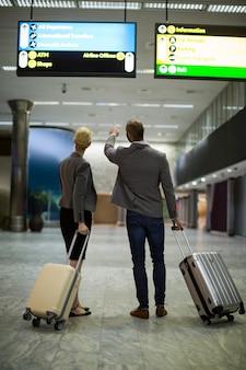 Gens d'affaires marchant avec des bagages