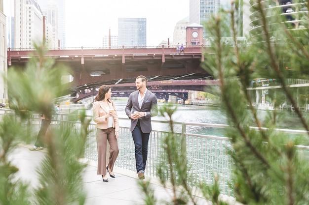 Gens d'affaires marchant à chicago