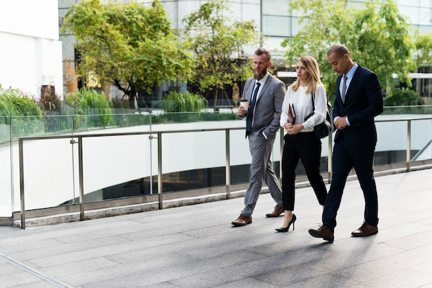 Gens d'affaires marchant ensemble devant le bureau