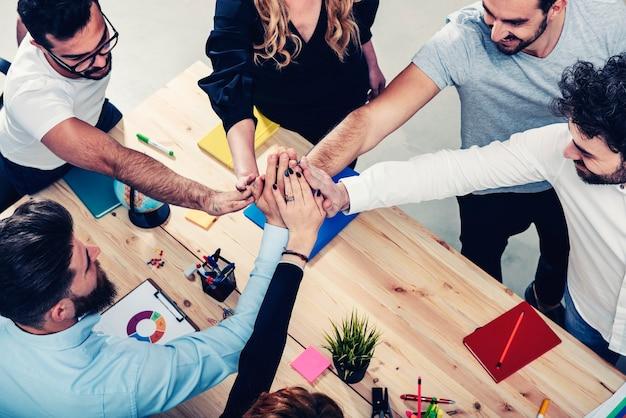Gens d'affaires mettant leurs mains ensemble concept de travail d'équipe d'intégration et de partenariat