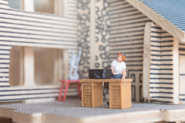 Gens d'affaires miniatures travaillant