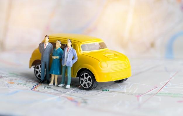 Gens d'affaires miniatures et trois cars sur la carte de la ville de bangkok