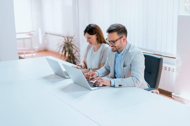 Gens d'affaires modernes travaillant sur ordinateur portable au bureau.