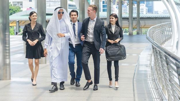 Gens d'affaires mondial homme et femme intelligents à pied