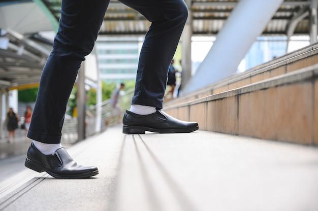 Gens d'affaires en montant les escaliers avec en toile de fond la métropole finance, application