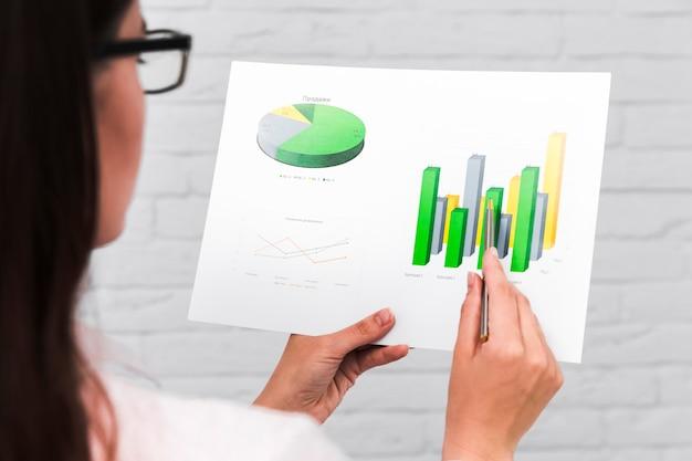 Gens d'affaires montrant des graphiques et des statistiques