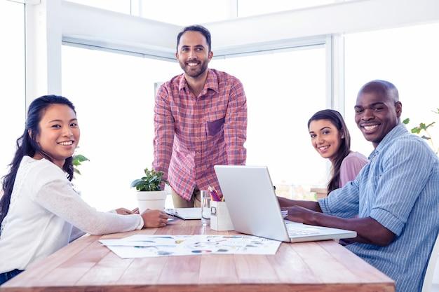 Gens d'affaires multi ethnique heureux dans la salle de réunion au bureau créatif