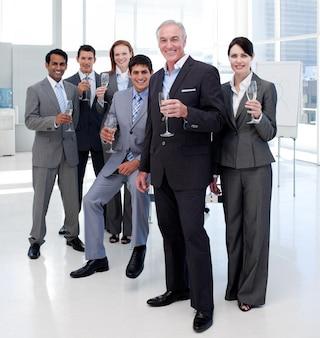 Gens d'affaires multiethniques grillage avec champagne