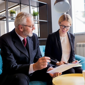 Gens d'affaires occupés à discuter de questions financières lors d'une réunion