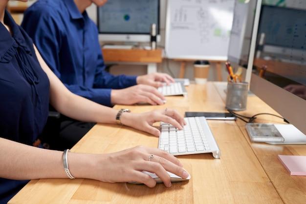 Gens d'affaires occupés par le travail