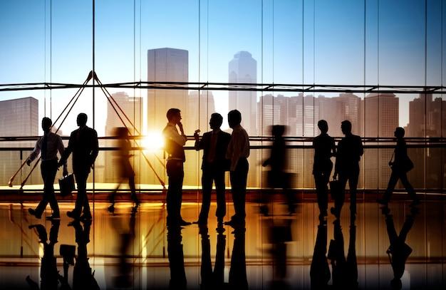 Gens d'affaires occupés à pied