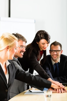 Les gens d'affaires ont une réunion d'équipe