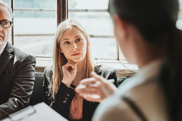 Gens d'affaires parlant dans une consultation