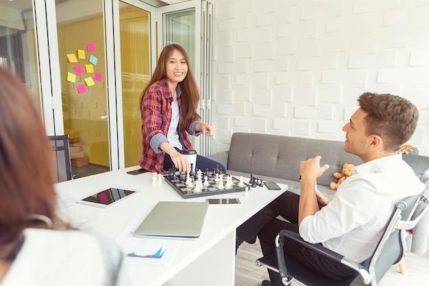 Les gens d'affaires parlent dans la salle de réunion. concept de bureau moderne.