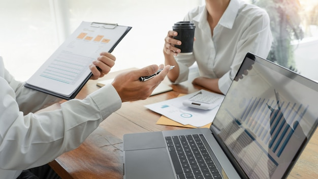 Gens d'affaires parler et discuter lors d'une réunion