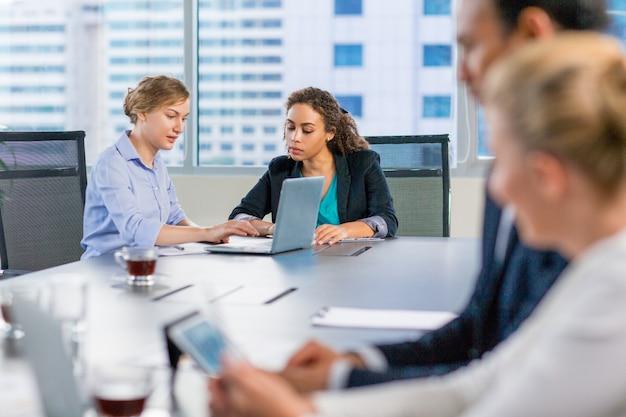 Les gens d'affaires parler à une table de réunion