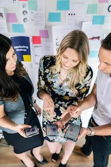 Gens d'affaires partageant des idées de marketing
