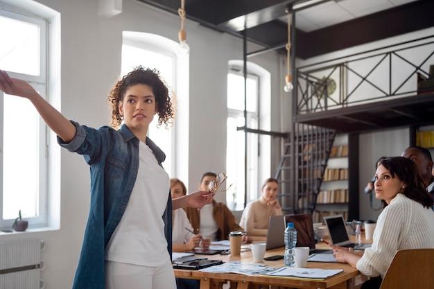 Gens d'affaires de plan moyen en réunion
