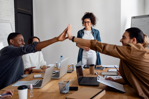 Gens d'affaires de plan moyen travaillant ensemble