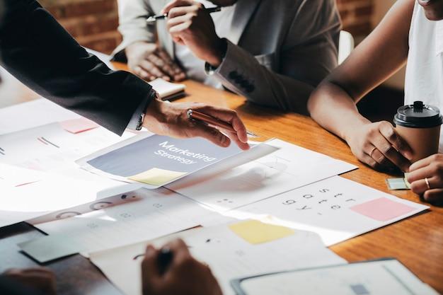 Gens d'affaires planifiant sur une stratégie