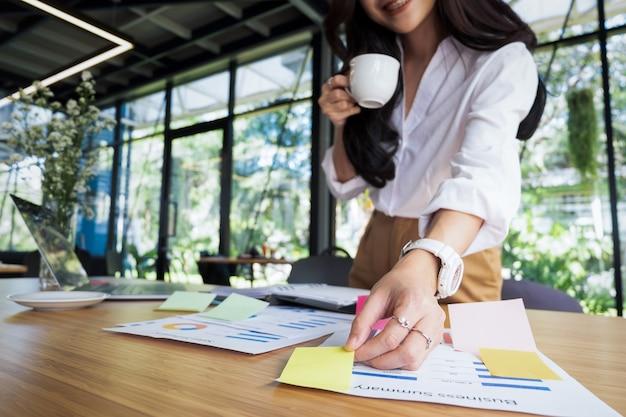 Les gens d'affaires le poster note l'idée de discuter et de planification dans la table de bureau