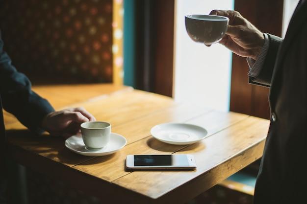 Gens d'affaires prenant un café