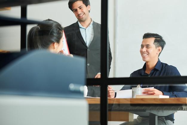 Gens d'affaires prospères au travail