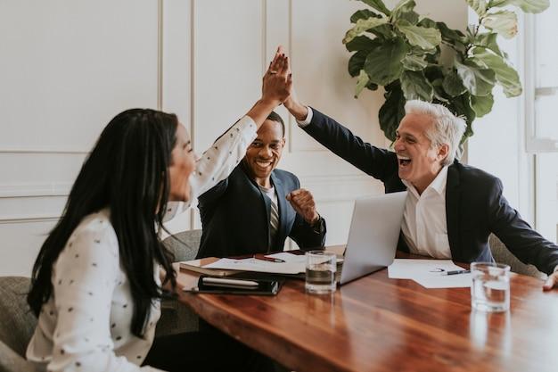 Gens d'affaires prospères faisant un high five