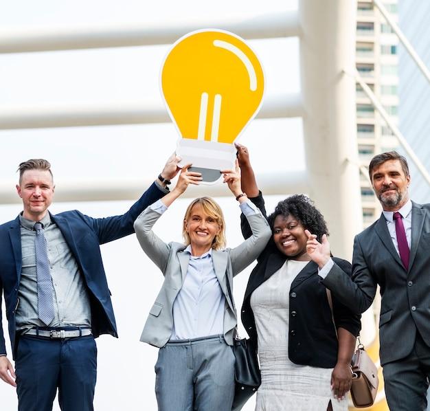 Des gens d'affaires prospères avec des idées