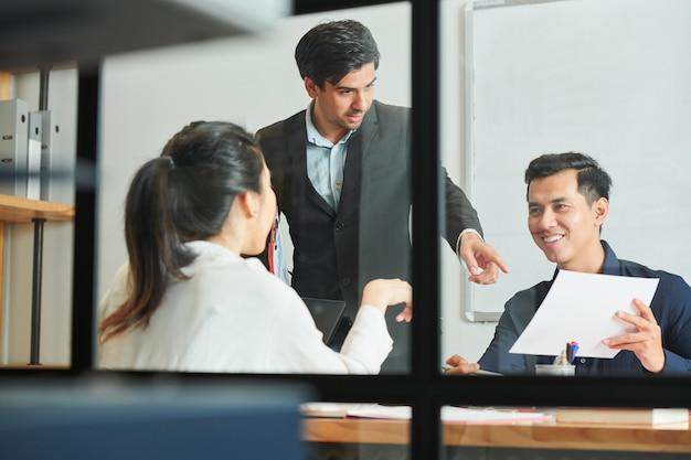 Les gens d'affaires qui planifient au bureau