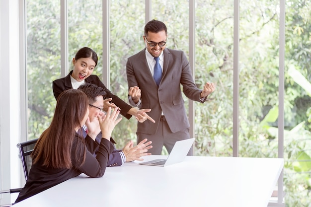 Les gens d'affaires qui réussissent parlent et discutent au bureau.
