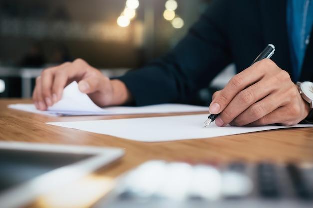 Les gens d'affaires qui travaillent analysent des données marketing de haute performance.