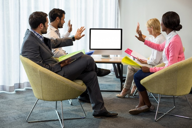 Gens d'affaires regardant un écran lors d'une vidéoconférence